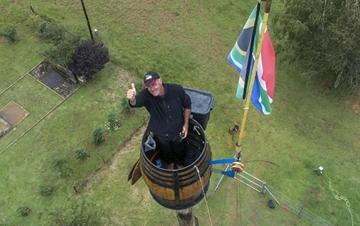 南非男子成功挑战高空木桶居住吉尼斯世界纪录
