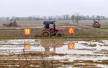 鄱阳湖之滨 农机助春耕