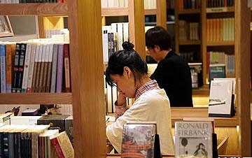 """上海:""""深夜书桌""""""""深夜书店""""点亮城市夜读"""