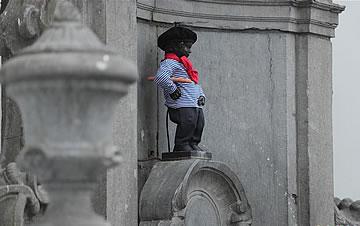"""比利时布鲁塞尔""""小尿童""""着装纪念法国国庆日"""