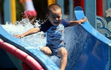 暑期戏水 感受清凉