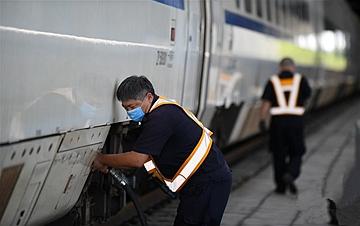 长春:铁路工人战高温