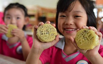 河北沧州:小朋友学做月饼迎中秋