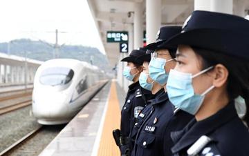 守卫铁道线的女子巡逻队