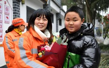 鲜花献母亲