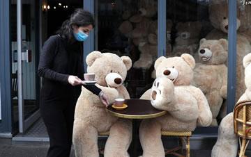 巴黎:熊�砹�,上咖啡