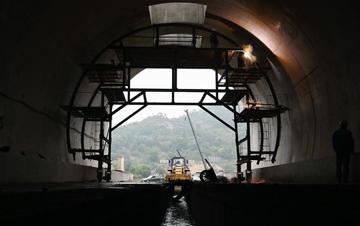 我国首条跨海高铁全线最长隧道贯通