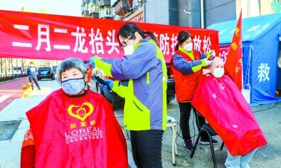 北京:志愿者为居民义务理发