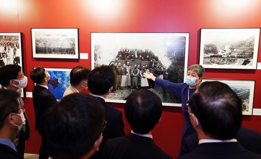 光影��� 百年�L�A――《��家相�浴反笮�D片典藏展在香港�_幕一定要先�⒘诉@小子