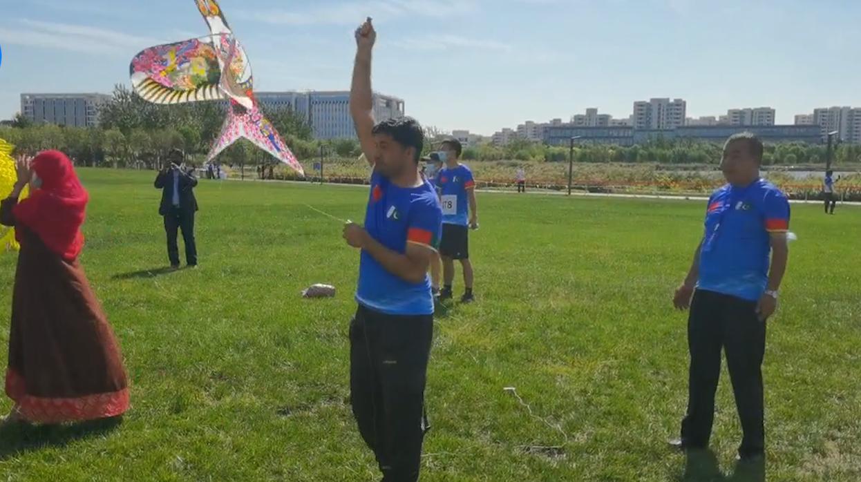 巴籍青年体验放飞中国风筝