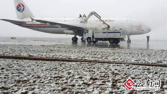 除冰液,除冰铲等飞机除防冰工具设备准备;此外,东航云南做好应急准备