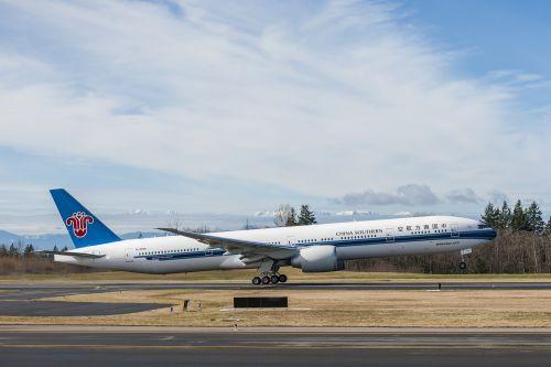 2月25日,波音公司向中国南方航空公司交付了一架777-300er飞机,这是