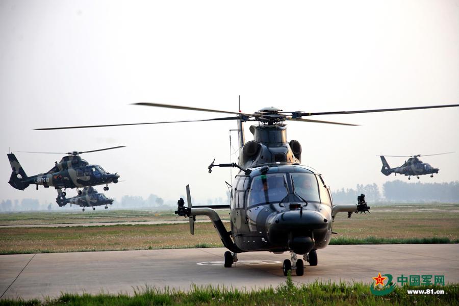 5月1日清晨6时50分许,接到紧急出动命令后,济南军区某陆航团组织多种机型直升机迅疾升空飞赴目标地域,圆满完成空中侦察、模拟攻击、编队掩护等多项实战化课目演练,有效检验和提升了部队应急作战能力。来源:中国军网 通讯员何兵摄