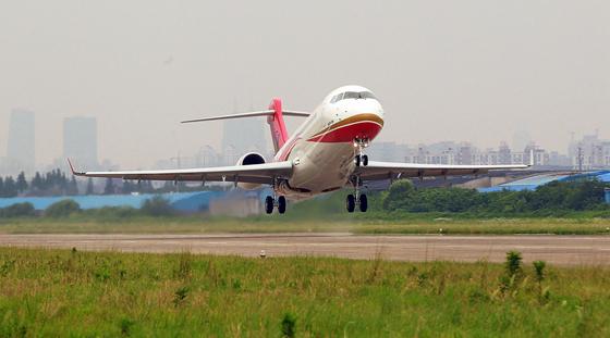 arj21新支线飞机首架交付飞机完成第一次