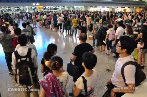 成都机场雷雨 100多架航班延误大量旅客.