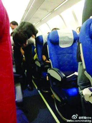 原来,这名35岁女乘客陶女士在飞机上突发低血压,并出现昏迷,呕吐等