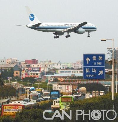 厦航飞机正准备降落厦门高崎机场.摄影:张永定