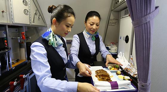 中国商飞公司客服公司乘务人员准备飞机餐