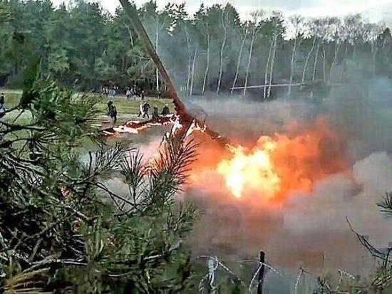 事发当时正在进行纪录片拍摄   【环球网报道 记者 翟潞曼】据俄通社-塔斯社3月10日消息,当地时间3月9日,阿根廷两架直升机相撞后坠毁,造成10人死亡。   据报道,事故发生地位于阿根廷北部拉里奥哈省Villa Castelli附近。事发当时正在进行纪录片拍摄。   据初步调查显示,两架直升机均无人生还,机上10人全部死亡。   与此同时,有消息称,在坠毁的其中一架直升机上可能有法国公民。