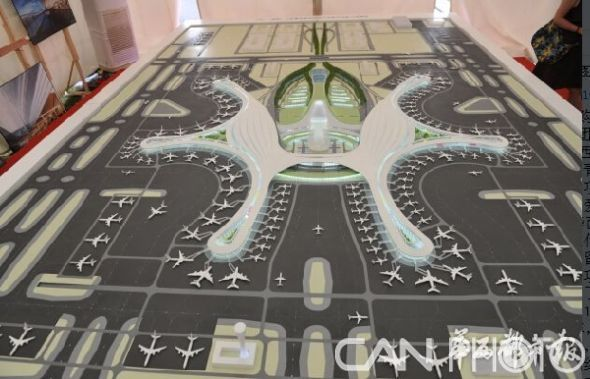 图:成都新机场的航站楼规划图   记者日前从四川省机场集团有限公司了解到,备受瞩目的成都新机场近日进行了总体规划及航站楼方案评选,来自全球航站楼建筑设计、综合交通布局、飞行区规划等领域最顶级的6家联合体设计方案亮相成都,最终中国建筑西南设计研究院有限公司与中国民航机场建设集团公司以及法国ADP INGENIERIE组成的联合体设计的方案获得专家组全票推荐和四川机场集团的选择,成为成都新机场总体规划及航站楼中选方案。   在此之前,成都新机场已完成了选址和立项两大前期工作,进入可研阶段,该阶段最重要的内容