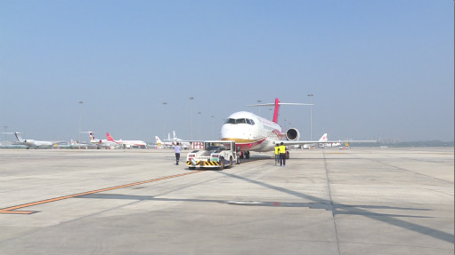 arj21-700飞机将以成都为基地,在武汉,温州,福州,南京等机场之间模拟