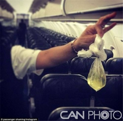 飞机上的不文明行为:光着膀子睡觉,把脚蹬到舷窗上,将口香糖粘在安全