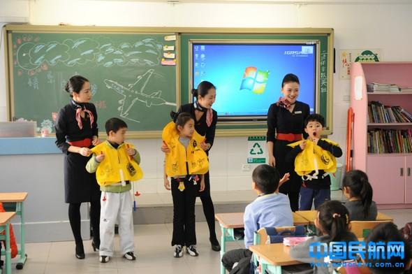 小学生们模拟穿戴救生衣(校方提供)