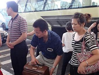 韩亚航空飞行事故遇难者家属在上海登机赴美