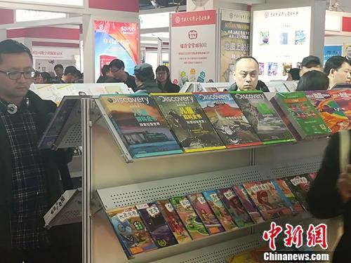 不少读者在童书展示架前驻足。上官云 摄