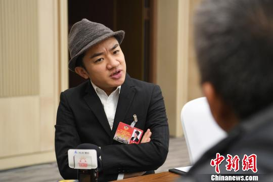 图为王祖蓝接受记者采访。 俞靖 摄