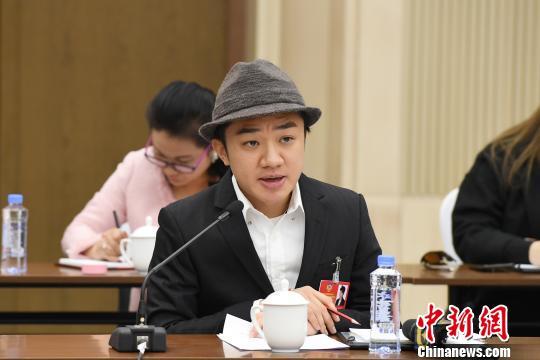 图为王祖蓝在广西壮族自治区政协十二届一次会议小组讨论中发言。 俞靖 摄