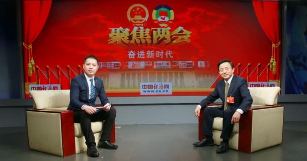 全国政协委员、上海海关关长高融昆与主持人