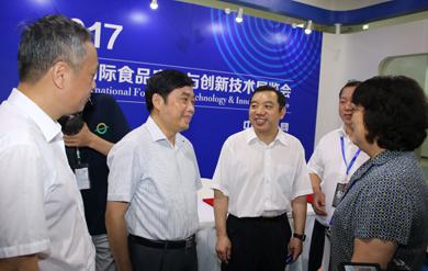 福建省食药监局党组成员、副局长俞开海左二 390.jpg
