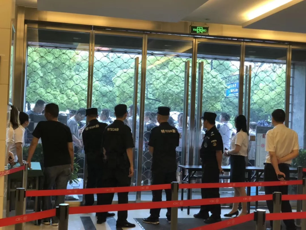 直击杭州楼市:排队排到晕倒 最高冻资1700万 银行已经不堪重负