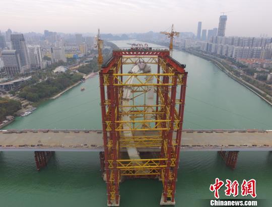 """世界跨度最大""""反对称结构斜拉桥""""主塔百米高空合龙"""