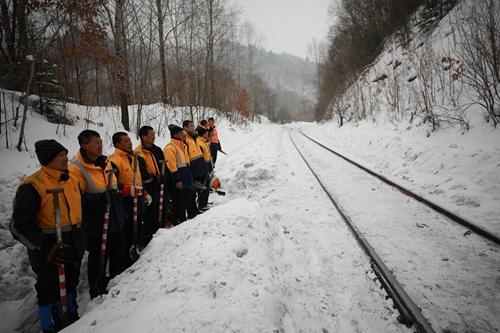 冰天雪地精心守护春运通畅路