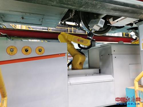 """春运""""新兵"""":检修机器人保障行车安全"""