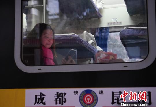 李洪梅前往越西站看望不能回家的丈夫。 刘忠俊 摄