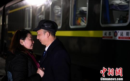 下车后李洪梅与丈夫在站台相见。 刘忠俊 摄