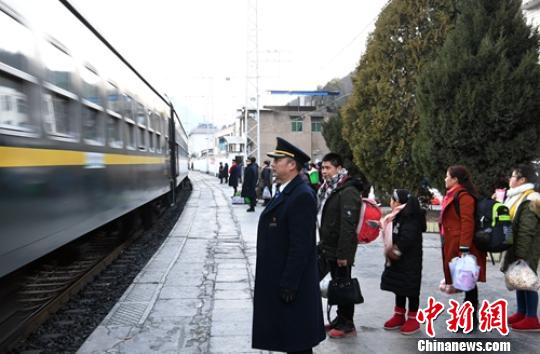 站台上莫建军正在组织旅客准备乘坐途经小站的慢车。 刘忠俊 摄