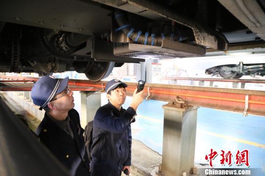 图为信号工检测高铁列车。 原勇 摄