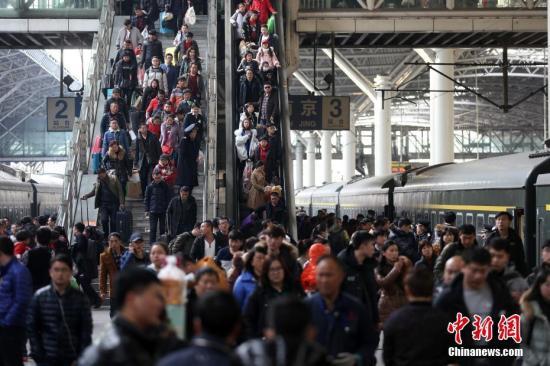 资料图:2月13日,大批旅客在南京火车站乘坐火车出行。 <a target='_blank' href='http://www.chinanews.com/' _fcksavedurl='http://www.chinanews.com/'>中新社</a>记者 泱波 摄
