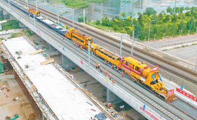 内蒙古首条高铁铺轨完成 呼和浩特至北京仅需3小时