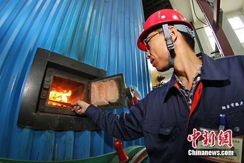 资料图:供暖工启动,各燃煤供热站开始点火烘炉。<a target='_blank' href='http://www.chinanews.com/' _fcksavedurl='http://www.chinanews.com/'></p></table>中新社</a><p>  发 唐克 摄