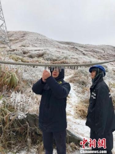 寒潮来势汹汹,南方电网广东公司8日发布低温雨雪冰冻黄色预警,粤北地区部分电网线路出现覆冰。据悉,通过科技防冰手段,目前粤北供电线路安全稳定,电网安全过冬无忧。 沈甸 摄
