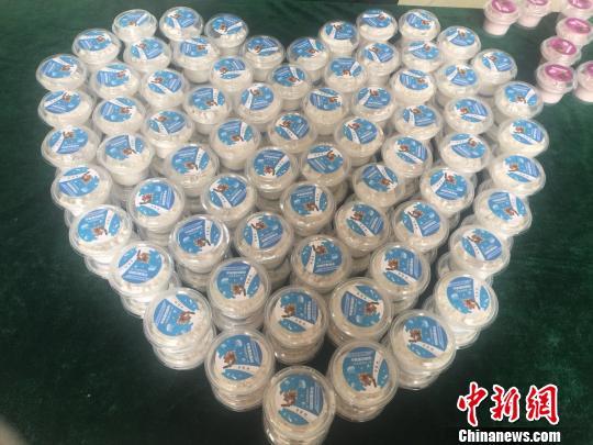 """图为保质期可达一年的""""核桃平衡酸奶系列新产品"""" 马骞 摄"""