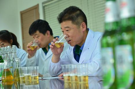 """青岛啤酒邀您来当""""魅力质量体验官"""" 好品质""""酒""""听你的"""