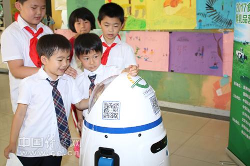 学生在与中国经济网食品安全小博士互动  韩肖摄副本.jpg