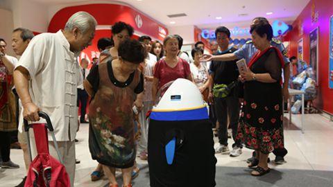 消费者与中国经济网提供的食品安全机器人互动