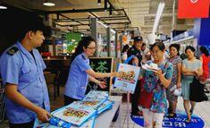 丰台区食药局工作人员正在发放科普宣传手册